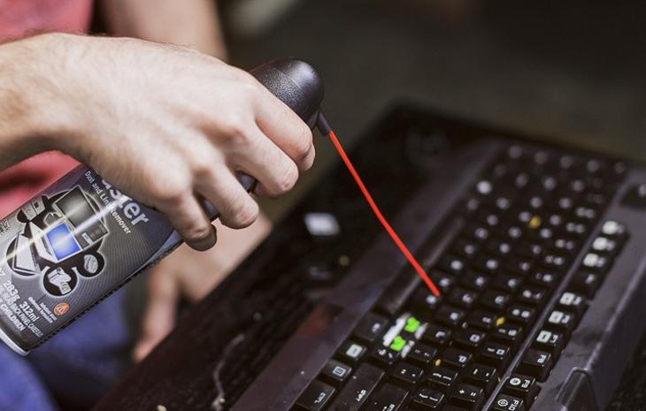 Dùng bình xịt thổi sạch bàn phím