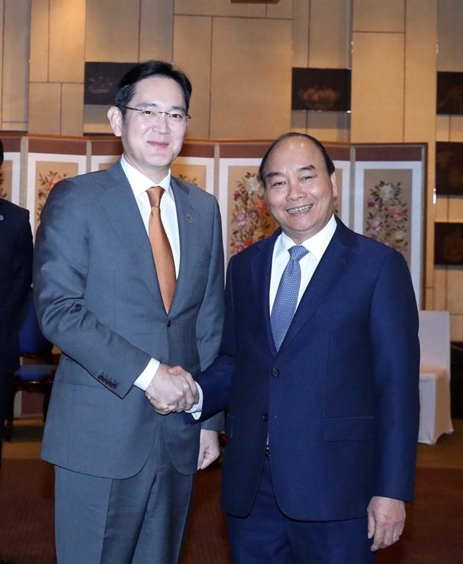 Phó chủ tịch Samsung Lee Jae-yong (trái) và Thủ tướng Việt Nam Nguyễn Xuân Phúc bắt tay nhau sau cuộc họp tại Grand Hyatt Seoul
