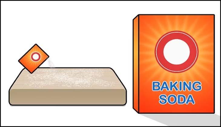 Rắc baking soda lên nệm