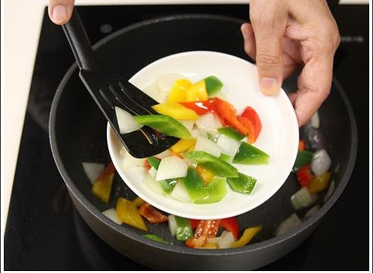 Bước 3 Xào mực sa tế Mực xào sa tế, ớt chuông và bắp non