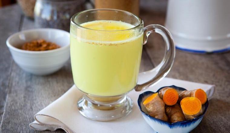 Mỗi sáng mùa đông uống 1 ly sữa nghệ, vừa đẹp da lại chống nhiều bệnh tật
