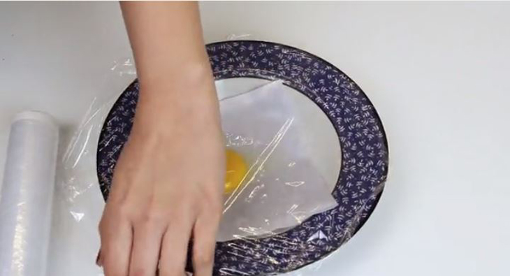 Dùng màng bọc thực phẩm để bọc trứng lại