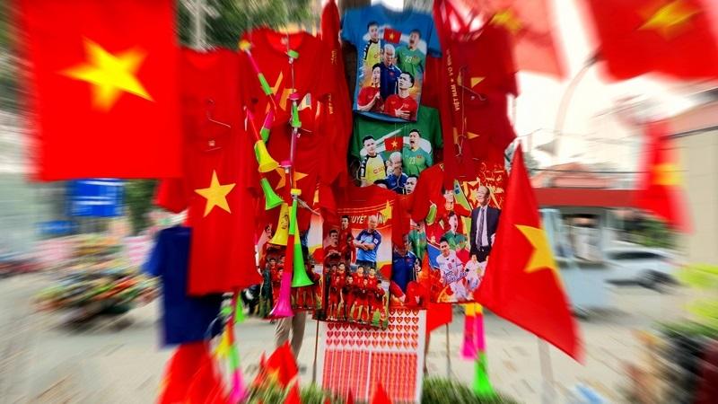 Đường phố Sài Gòn nhuộm đỏ trước trận chung kết Việt Nam – Indo