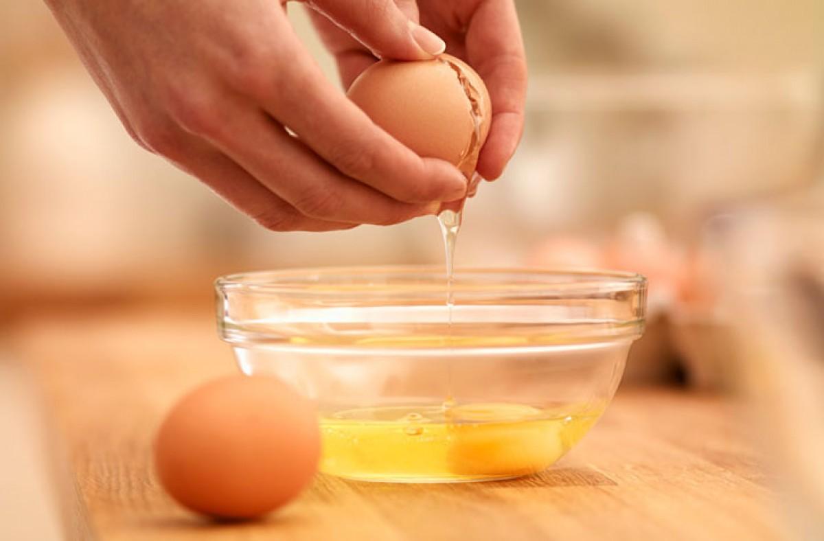 Bước 2 Sơ chế trứng Khổ qua xào trứng