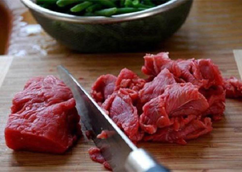 Bước 1 Sơ chế thịt bò và khổ qua Khổ qua xào bò