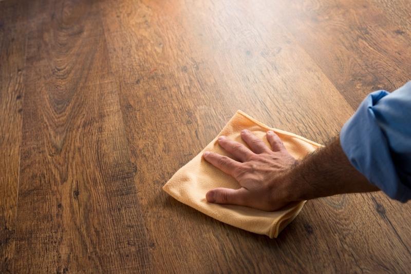 Cách biến sàn gỗ cũ, sập sệ, có khe hỡ như mới với nguyên liệu có sẵn trong nhà