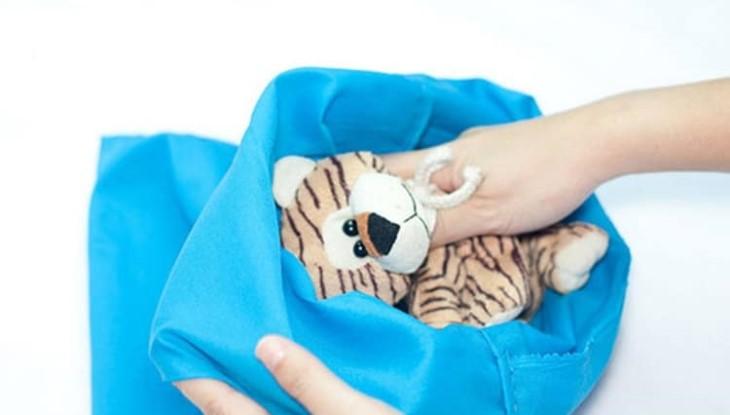 bỏ gấu bông vào áo giặt