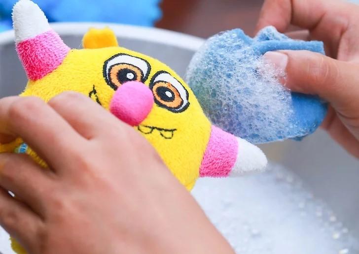 Lau gấu bông bằng dung dịch tẩy giặt