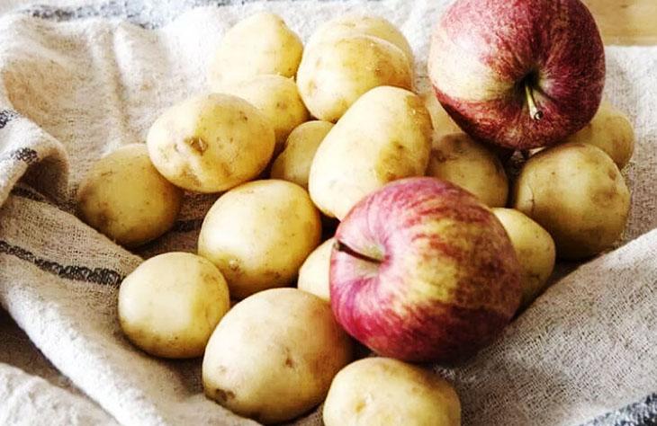 Xếp khoai tây với táo