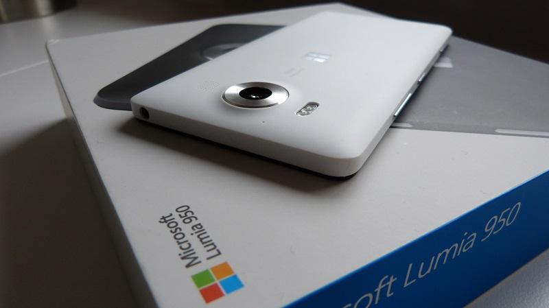 Nokia N95 5G bỗng dưng xuất hiện với thiết kế tuy lạ mà quen, màn hình cong cùng 4 camera mặt sau hầm hố