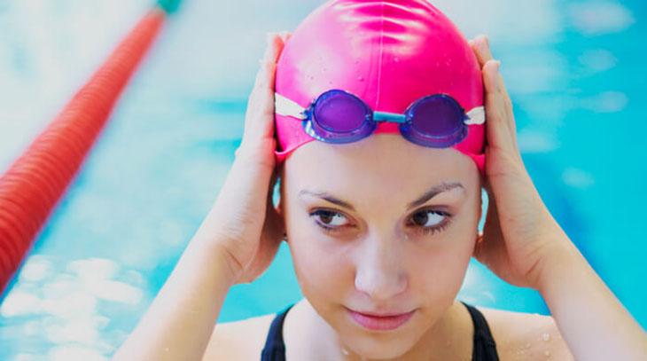 Hạn chế làm ướt tóc khi đi bơi