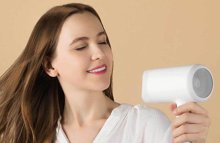 Sử dụng máy sấy tóc, máy kẹp tóc cấp ẩm để giữ màu