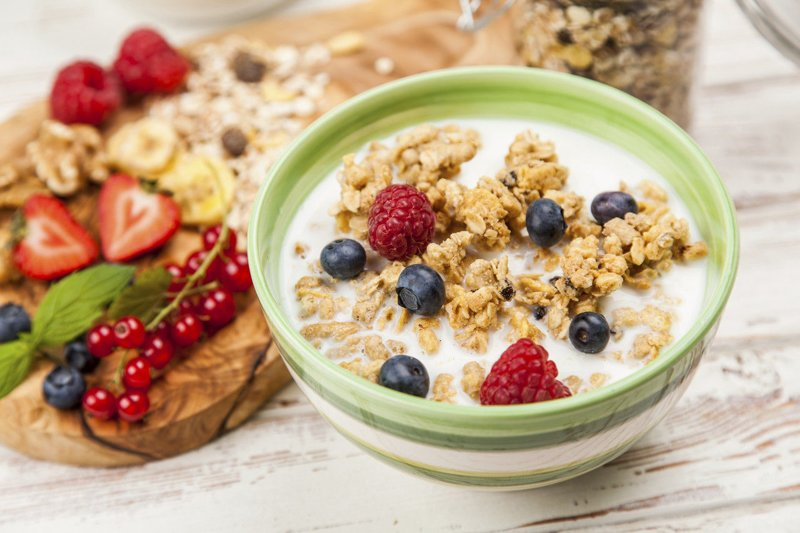Ăn ngũ cốc với sữa tươi dạng lạnh