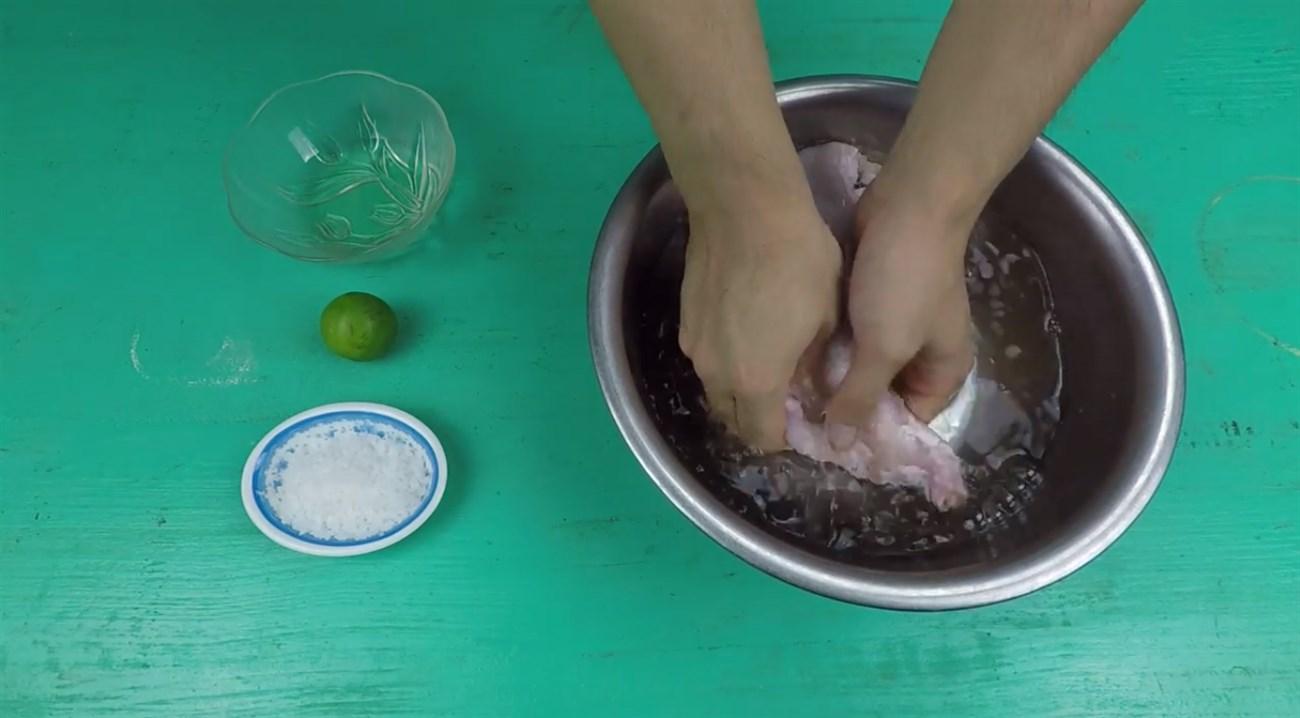 Lộn trái bao bao tử heo rửa trực tiếp với nước.
