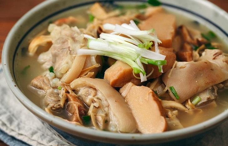 Canh măng lưỡi lợn là sự kết hợp hoàn hảo giữa phần măng lưỡi lợn bùi bùi và vị béo ngọt của thịt