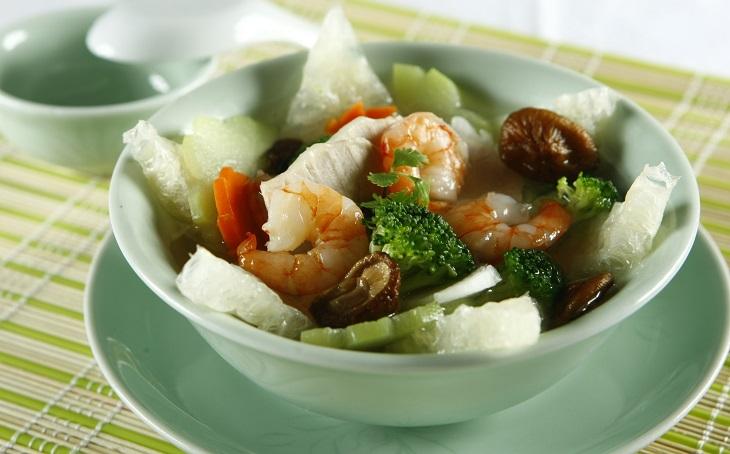 Canh bóng thập cẩm mang lại hương vị thanh ngọt từ thịt, rau củ và vị giòn dai của miếng bóng bì