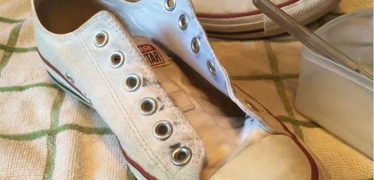 Chuẩn bị nguyên liệu để bắt đầu giặt giày
