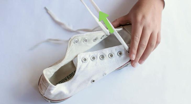 Tháo dây giày