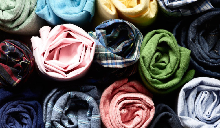 Cách xếp áo thun nhanh, cho tủ quần áo gọn gàng hơn