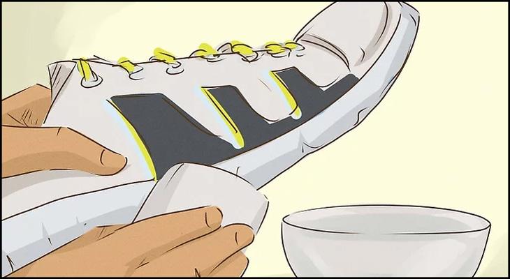 Làm sạch giày bằng miếng bọt biển