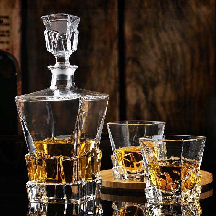 Ly thủy tinh thưởng thức rượu mạnh