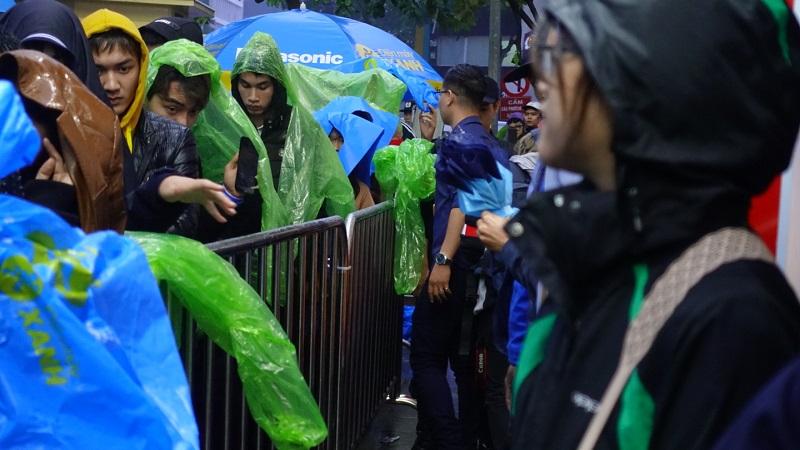 Thế Giới Di Động mở bán smartphone OPPO mua 1 tặng 1: Trời lạnh, mưa gió vẫn xếp hàng chờ đến lượt
