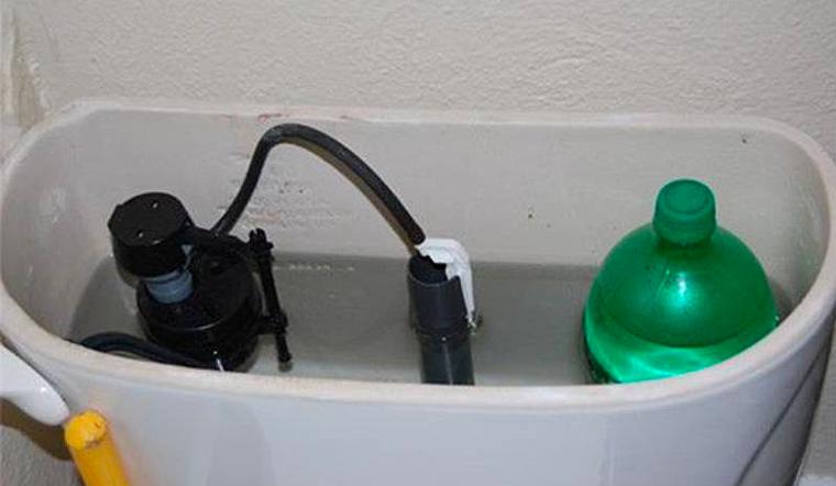 Đặt chai nước vào bồn chứa nước xả của bồn cầu, giúp tiết kiệm một nửa tiền nước hàng tháng