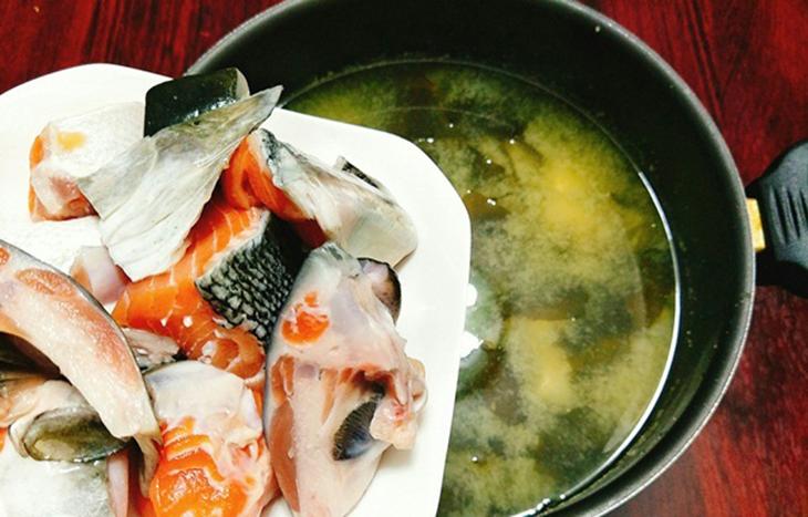 Bước 3 Nấu canh miso Canh miso cá hồi