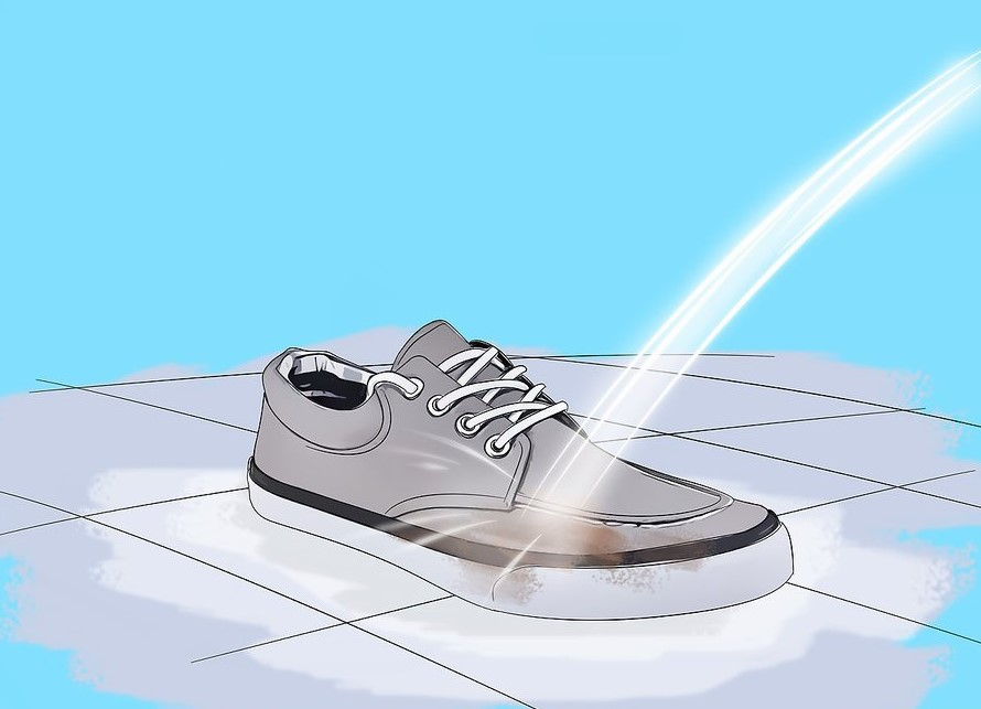 Vệ sinh giày dưới vòi nước