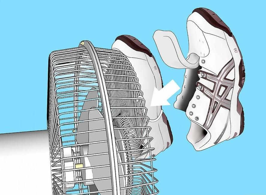 Treo giày vào móc lớn và để quạt ở mức vừa hoặc lớn trong vài tiếng