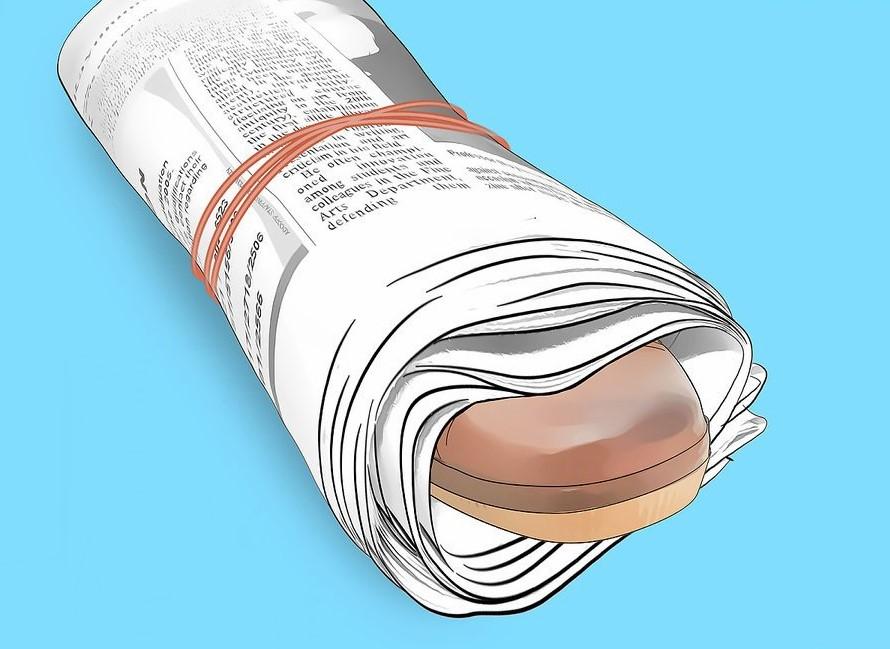 Dùng giấy báo gói xung quanh giày và dùng thun buộc cố định lại