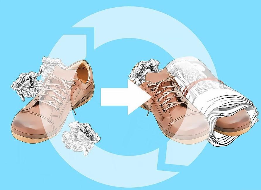 Thực hiện lại quy trình nhét giấy báo khác vào nếu giày chưa khô