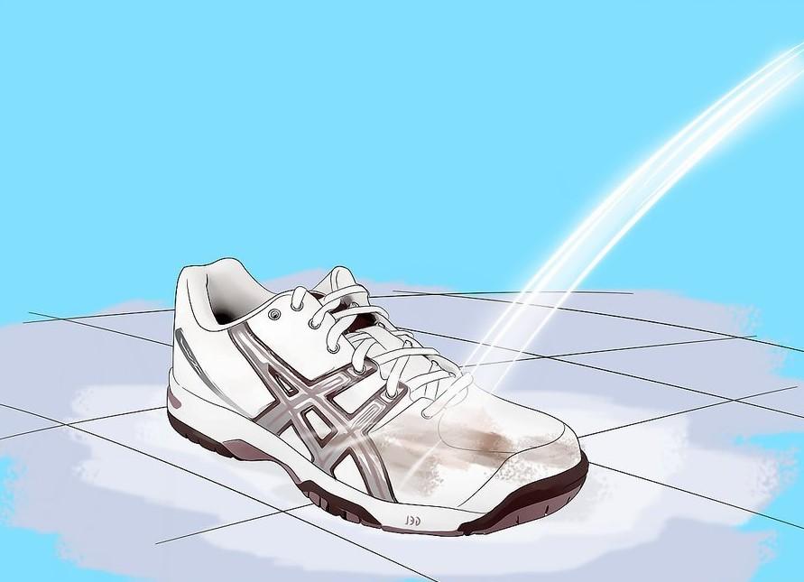 Vệ sinh giày dưới nước trước khi sấy.