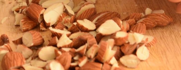 Bước 1 Cắt hạt hạnh nhân và trộn nguyên liệu bánh yến mạch hương vani