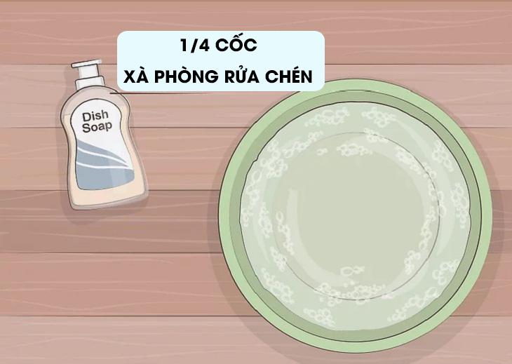 Pha thêm nước xà phòng rửa chén vào dung dịch.