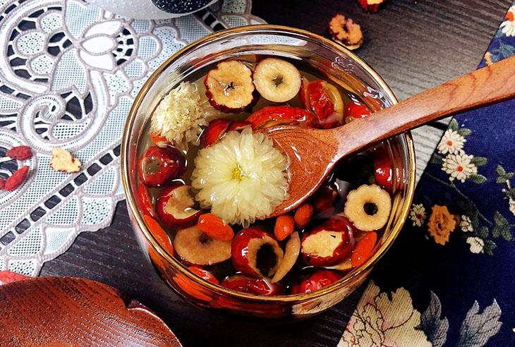 Bước 3 Hoàn thiện Trà hoa cúc táo đỏ