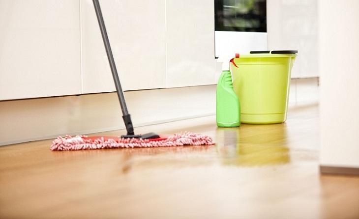 Không được pha trộn các chất tẩy rửa sàn nhà lại với nhau