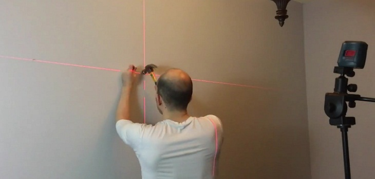 Các bước treo tranh ảnh lên tường bằng máy cân bằng laser
