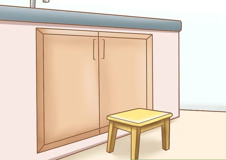 Đặt một chiếc ghế nhỏ trước bồn rửa tay
