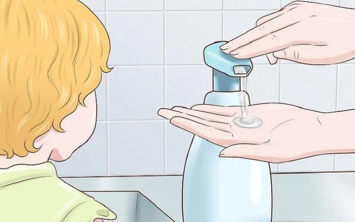 Chỉ cho trẻ cách nhấn vòi của dung dịch rửa tay