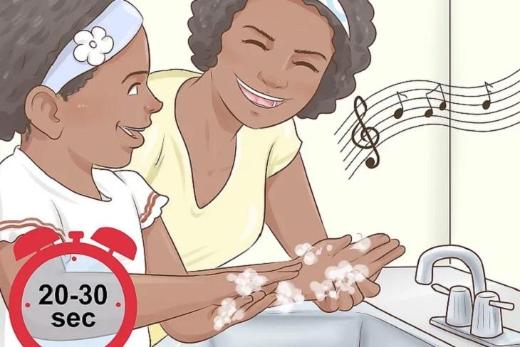 Rửa tay trong 20-30 giây bên cạnh trẻ