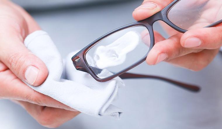 Cách giúp mắt kính không bị hơi nước khi đeo khẩu trang y tế