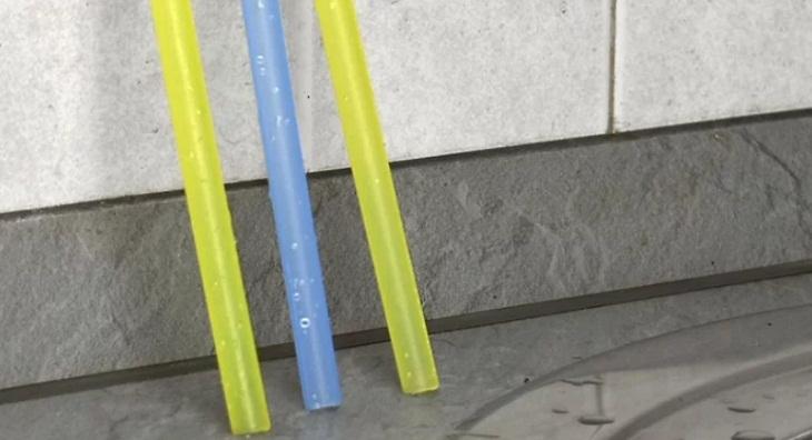 Đặt ống hút thẳng đứng để khô hoàn toàn.