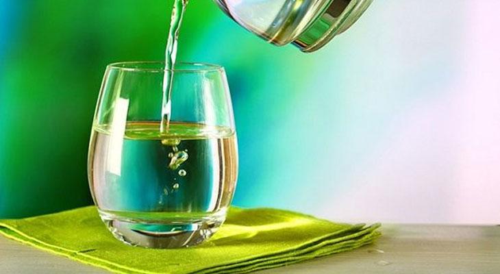 Cách rót nước sôi vào ly không sợ nứt vỡ