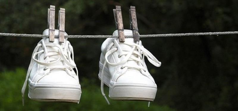 Phơi giày trắng dưới nắng có thật bị ố vàng?