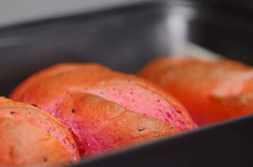 - Nướng thêm 5 phút nữa thì bạn mở lò và xịt thêm nước lần hai. Và nướng thêm khoảng 10 phút nữa là được.