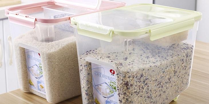Cho gạo vào thùng đựng kín