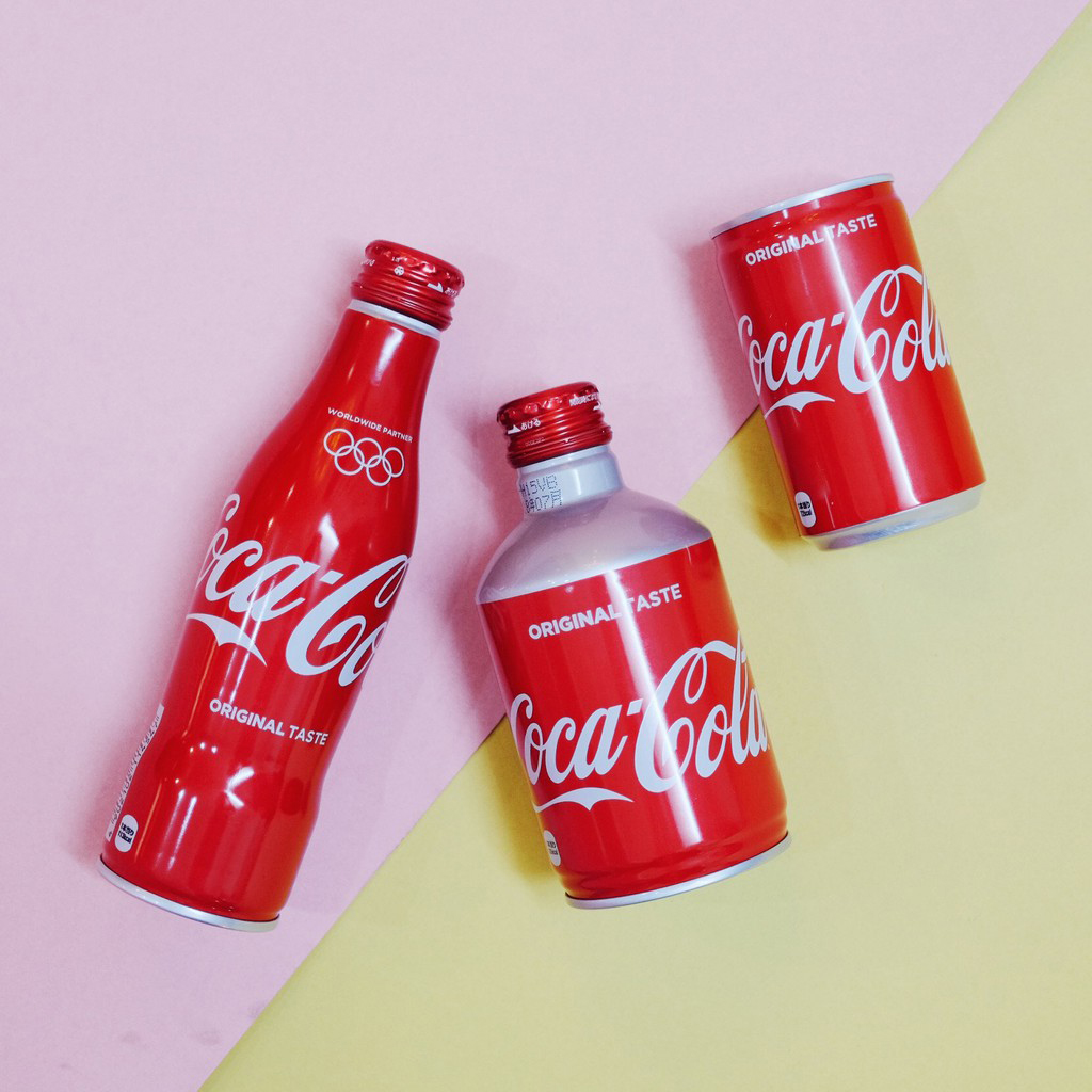 Coca Nhật có một bao bì khá thu hút và bắt mắt – chai nhôm nắp nhôm