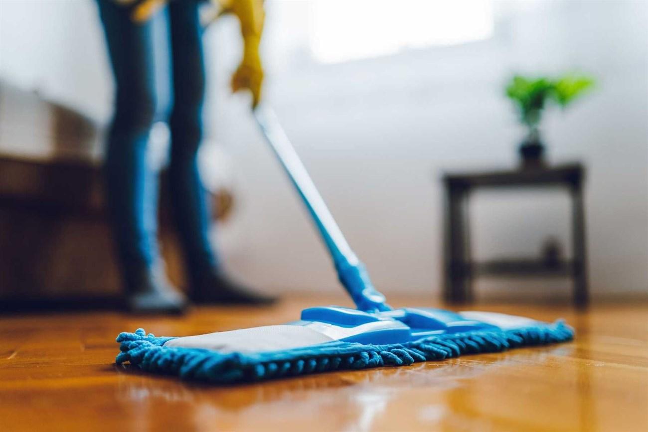 Trời nồm làm sàn nhà vô cùng ẩm ướt, bạn nên lau nhà bằng giẻ khô