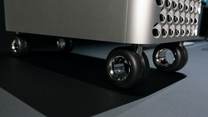 Bánh xe dành cho Mac Pro không có cơ chế khóa ngăn lăn